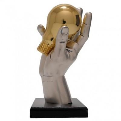 """Статуэтка """"рука с лампочкой"""" на коричневой деревянной подставке"""